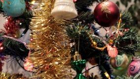 Weihnachtsbaum mit Spielwaren stock video footage