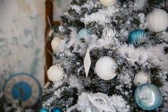 Weihnachtsbaum mit Spielwaren und Dekorationen in der Innenarchitektur Stockfoto