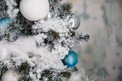 Weihnachtsbaum mit Spielwaren und Dekorationen in der Innenarchitektur Lizenzfreie Stockbilder
