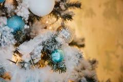 Weihnachtsbaum mit Spielwaren und Dekorationen in der Innenarchitektur Lizenzfreies Stockfoto