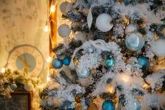 Weihnachtsbaum mit Spielwaren und Dekorationen in der Innenarchitektur Stockfotos