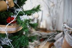 Weihnachtsbaum mit Spielwaren und Dekorationen in der Innenarchitektur Stockbilder