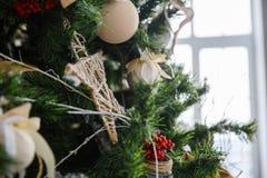 Weihnachtsbaum mit Spielwaren und Dekorationen in der Innenarchitektur Lizenzfreie Stockfotos