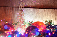 Weihnachtsbaum mit Spielwaren und Girlande Lizenzfreies Stockbild