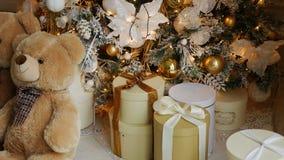 Weihnachtsbaum mit Spielwaren und Leuchten stock video