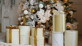Weihnachtsbaum mit Spielwaren und Leuchten stock video footage