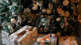 Weihnachtsbaum mit Spielwaren und Leuchten stock footage