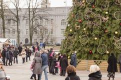 Weihnachtsbaum mit Spielwaren und Leuten in der Straße Lizenzfreie Stockfotografie