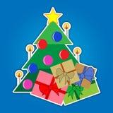Weihnachtsbaum mit Stern und farbigen Geschenken Lizenzfreie Stockfotos