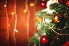 Weihnachtsbaum mit unscharfem Hintergrund stockbilder