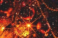 Weihnachtsbaum mit Verzierungen und sparkly Girlande Weinleseverarbeitung Stockfotos