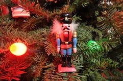 Weihnachtsbaum mit vielen Leuchten und Verzierungen stockfotografie
