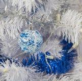 Weihnachtsbaum mit weißen Lichtern und Ball gemalt im Stil Gzhel Lizenzfreies Stockfoto