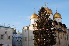 Weihnachtsbaum in Moskau der Kreml Dormition Kirche Stockfotografie