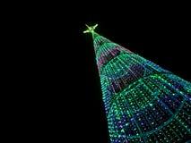 Weihnachtsbaum nachts in der Stadt Stockbild