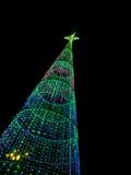 Weihnachtsbaum nachts in der Stadt Stockfoto