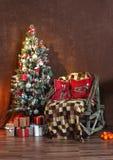 Weihnachtsbaum nahe bei dem Stuhl Stockbild