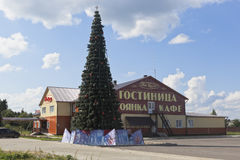 Weihnachtsbaum nahe dem ` Hotel ` Na Valga am Eingang zur Stadt von Veliky Ustyug in der Vologda-Region Lizenzfreies Stockbild