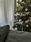 Weihnachtsbaum neben einer Couch lizenzfreies stockbild