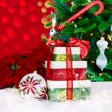 Weihnachtsbaum, Poinsettias u. Geschenke Lizenzfreie Stockbilder