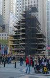 Weihnachtsbaum in Rockefeller-Mitte, die für das Beleuchten vorbereitet wird Stockfotografie