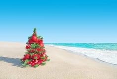 Weihnachtsbaum am Seestrand Neue Jahre Ferienkonzept Stockfoto