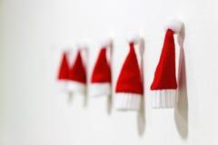 Weihnachtsbaum spielt handgemachtes Zweig, Kasten, Handbell, Kugel Kleine Santa Claus-Hüte Lizenzfreie Stockbilder