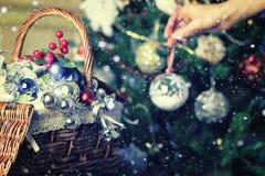 Weihnachtsbaum-Spielzeugkorb Lizenzfreie Stockbilder