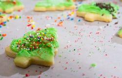 Weihnachtsbaum Sugar Cookings, der verziert wird lizenzfreie stockbilder