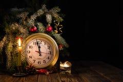 Weihnachtsbaum, Uhr und Kerzen Stockfotografie
