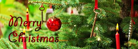 Weihnachtsbaum und alter Rusty Key mit dem Schreiben von frohen Weihnachten Stockbild