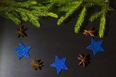 Weihnachtsbaum und blaue glänzende Sterne stockfotos