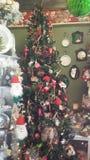 Weihnachtsbaum und Dekor Stockfotografie