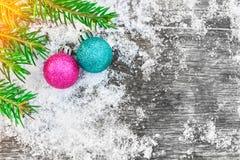 Weihnachtsbaum und Dekorationen auf dem alten Holztisch Malerische Winterzusammensetzung Stockbilder