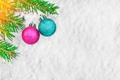Weihnachtsbaum und Dekorationen auf dem Schnee tauchen auf Malerische Winterzusammensetzung Stockfotos