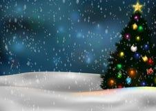 Weihnachtsbaum und Dekorationen auf Winterhintergrund Lizenzfreie Stockbilder