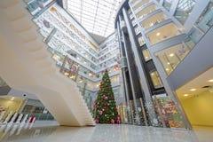 Weihnachtsbaum und ein großes Schach im Hauptbüro Rosbank Stockfotografie