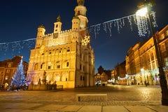 Weihnachtsbaum und Fassade des RenaissanceRathausgebäudes stockfotografie