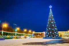 Weihnachtsbaum und festliche Beleuchtung auf Lenin Stockfotos