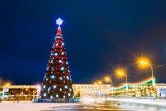 Weihnachtsbaum und festliche Beleuchtung auf Lenin-Quadrat in Gomel Lizenzfreie Stockbilder