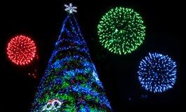 Weihnachtsbaum und Feuerwerke Stockbild