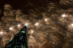 Weihnachtsbaum und Feuerwerke Stockbilder