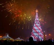 Weihnachtsbaum und Feuerwerke Lizenzfreies Stockfoto