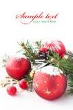 Weihnachtsbaum und -flitter auf dem Schnee Lizenzfreie Stockfotos