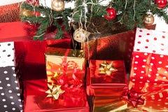 Weihnachtsbaum und Geschenke vektor abbildung