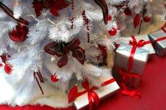 Weihnachtsbaum und Geschenke stockfotografie