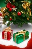 Weihnachtsbaum und Geschenke Stockbild