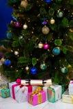 Weihnachtsbaum und Geschenke unter ihm Lizenzfreie Stockfotografie