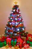 Weihnachtsbaum und Geschenke zu Hause Stockfotografie