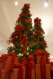 Weihnachtsbaum und Geschenkkästen Stockfoto